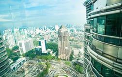 虽然双子楼窗口从都市的观察台的竞争 免版税库存照片