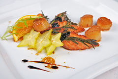 虾、三文鱼用桔子和香料 库存照片
