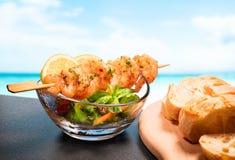 虾、沙拉和面包 库存图片