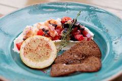 虾、蕃茄和酸性稀奶油开胃菜  免版税库存图片