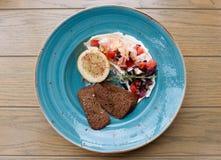 虾、蕃茄和酸性稀奶油开胃菜  图库摄影