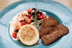 虾、蕃茄和酸性稀奶油开胃菜  免版税库存照片