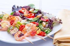 虾串用新鲜的凉拌生菜 库存照片