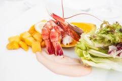 虾仁开胃品用新鲜的芒果沙拉和乳脂状的选矿 库存图片