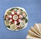 虾仁开胃品用菠菜 免版税库存图片