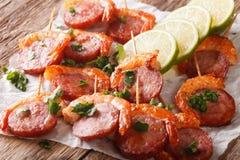 虾和加调料的口利左香肠开胃菜在串特写镜头 水平 图库摄影