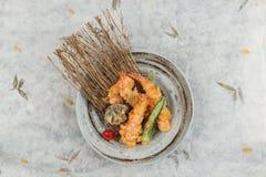 虾和椎茸天麸罗顶视图用辣椒在墨水服务被绘围绕在washi日文报纸的石板材 免版税库存图片