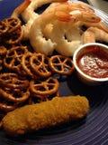 虾和椒盐脆饼 库存图片