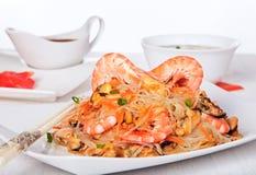 虾和淡菜沙拉用玻璃纸面条 免版税库存图片