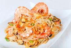 虾和淡菜沙拉用玻璃纸面条 免版税库存照片