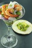 虾和蔬菜沙拉 免版税库存照片