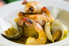 虾和蛤蜊在一块白色板材的海鲜开胃菜。 免版税库存照片