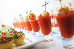 虾和西红柿酱海鲜开胃菜在一块玻璃在桌上 库存图片