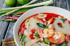 虾和香茅辣汤用蘑菇,著名泰国食物烹调告诉汤姆Kung 免版税库存照片