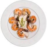 虾和鲈鱼盘顶视图 免版税库存图片