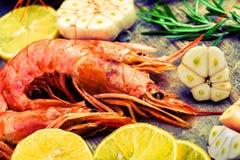 虾在木桌上的海鲜 免版税库存图片