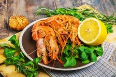虾在木桌上的海鲜 免版税库存照片