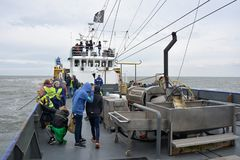 虾在海的渔场船有在恶劣天气期间的旅游passangers的 库存图片