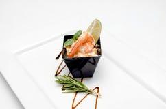 虾在白色背景沙拉点缀 库存图片