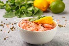 虾大虾用柠檬、香菜和酱油 免版税库存照片