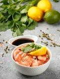 虾大虾用柠檬、香菜和酱油 库存图片