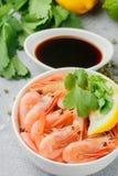 虾大虾用柠檬、香菜和酱油 免版税库存图片