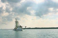 虾小船从天渔返回 免版税库存照片