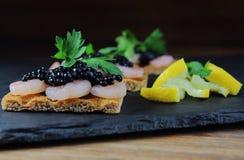 虾开胃菜用鱼子酱 免版税库存照片