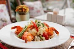 虾开胃菜,在桌oudoors的轻的夏天盘,被定调子 免版税库存图片