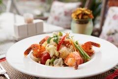 虾开胃菜,在桌oudoors的轻的夏天盘 图库摄影