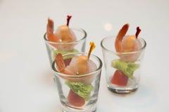 虾服务用在miini玻璃的开胃用沙司 免版税图库摄影