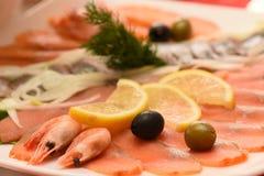 虾板材、三文鱼用橄榄和柠檬,开胃菜,特写镜头,选择聚焦 免版税库存图片
