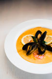 虾汤用在白色背景的淡菜 免版税库存图片