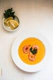 虾汤用在白色背景的淡菜 免版税库存照片