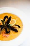 虾汤用在白色背景的淡菜 图库摄影