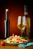 虾沙拉和白葡萄酒 免版税库存图片