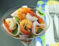 虾沙拉和红洋葱 免版税库存图片