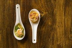 虾沙拉用在匙子的鲕梨 口味美食术手抓食物 库存照片