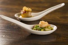 虾沙拉用在匙子的鲕梨 图库摄影