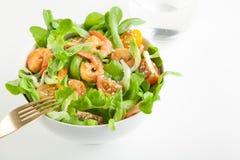 虾沙拉用在碗的西红柿 库存照片