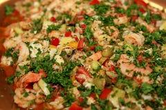 虾沙拉以菜和荷兰芹大品种装饰特写镜头的 免版税库存图片