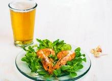 虾海鲜用啤酒 免版税图库摄影