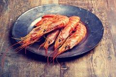 虾海鲜用柠檬迷迭香和大蒜 库存图片