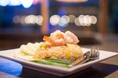 虾炒饭盘在一张木桌被安置 开胃b 库存照片
