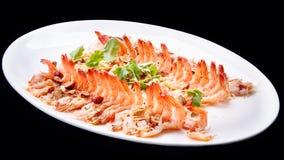虾煮熟的大虾开胃菜晒干了在黑背景隔绝的海鲜盘,中国烹调 免版税库存图片