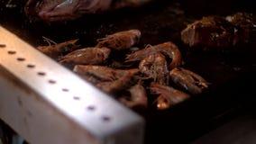 虾用在橄榄油的金黄外壳油炸物在大煎锅 影视素材
