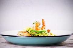 虾用夏南瓜面条 与菜和柠檬的大虾 免版税库存照片