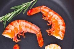 虾的片段在煎锅的 库存图片