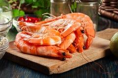 虾的选择准备好油煎用葱、大蒜、辣椒和石灰在切板 库存照片