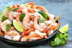虾盛肉盘与石灰和香菜的,在板岩 免版税库存照片